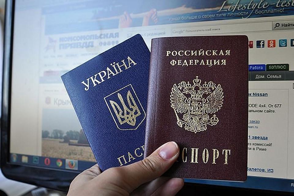 На прямой линии с Владимиром Путиным прозвучал вопрос, как упростить получение российского гражданства украинским беженцам. Путин обещал подумать.