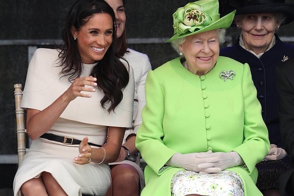 Королева Елизавета II и Меган Маркл на открытии нового моста в Чешире Фото: twitter.com/KensingtonRoyal/