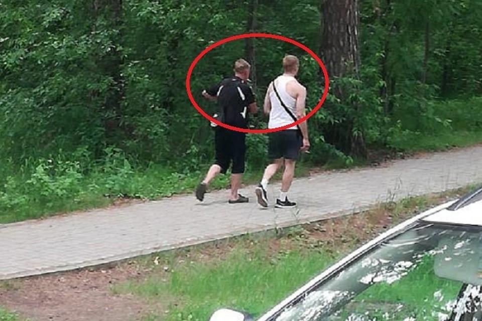 На видео попали двое. Следователям теперь нужна помощь новосибирцев, чтобы опознать этих людей со спины.