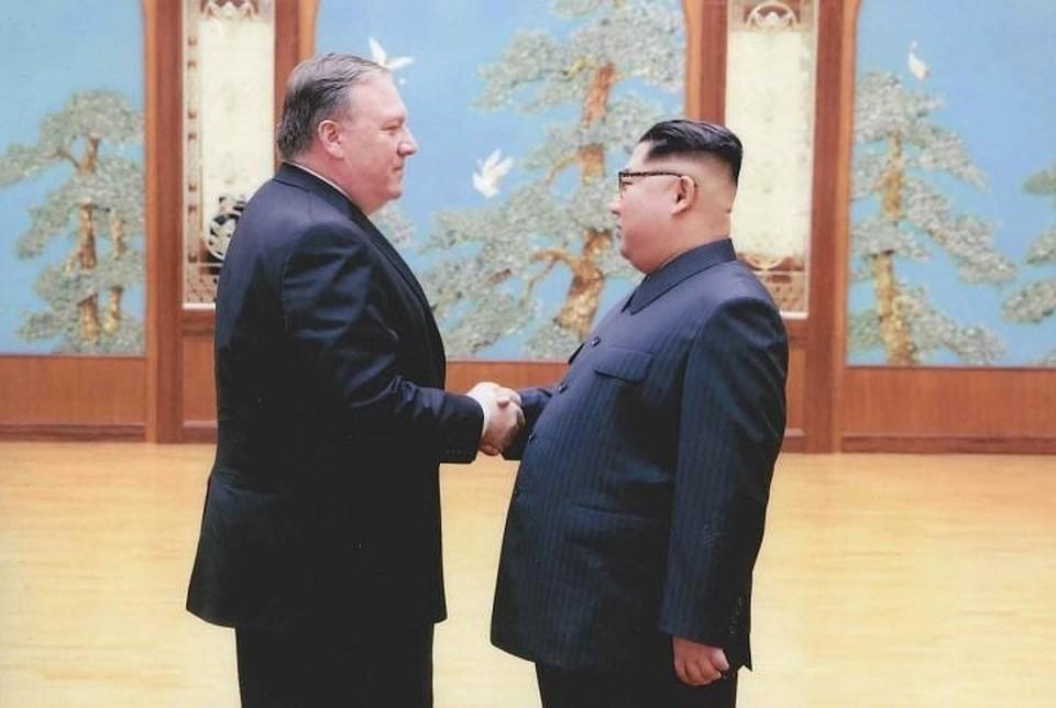 Руководитель Северной Кореи Ким Чен Ын и госсекретарь США Майк Помпео