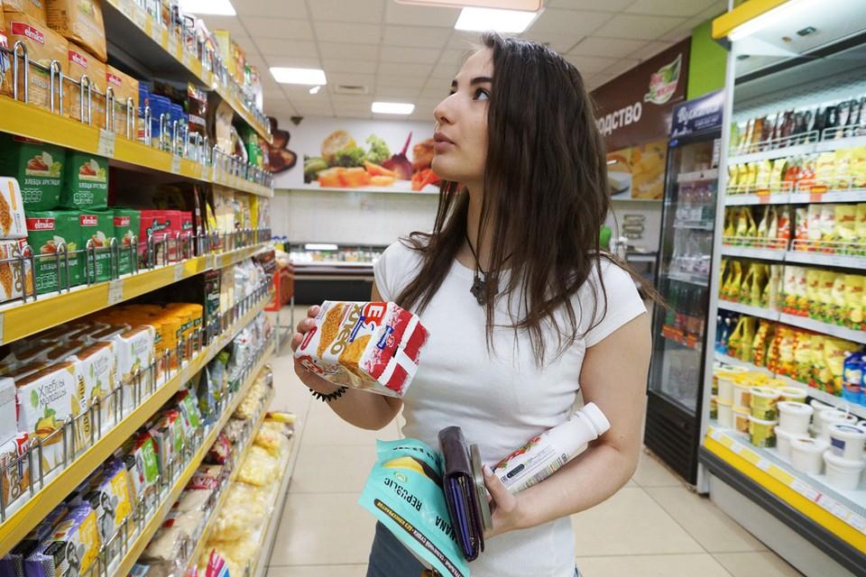 В магазинах продукты пестрят разными надписями на упаковках.