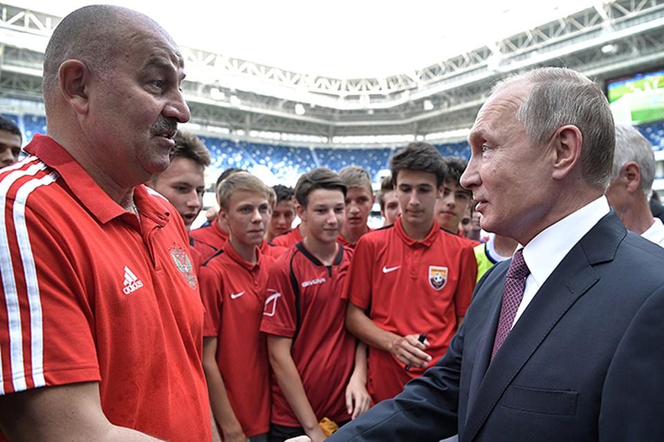 Владимир Путин, выйдя к кромке поля, обнял Черчесова и поблагодарил за нашу сборную на мундиале