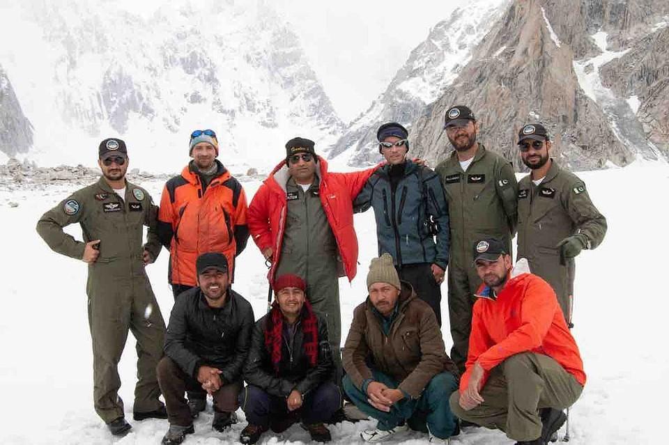 Команда пакистанских спасателей, вызволившая Александра Гукова. Пилот вертолета в верхнем ряду по центру (в красной куртке). Фото: mountain.ru