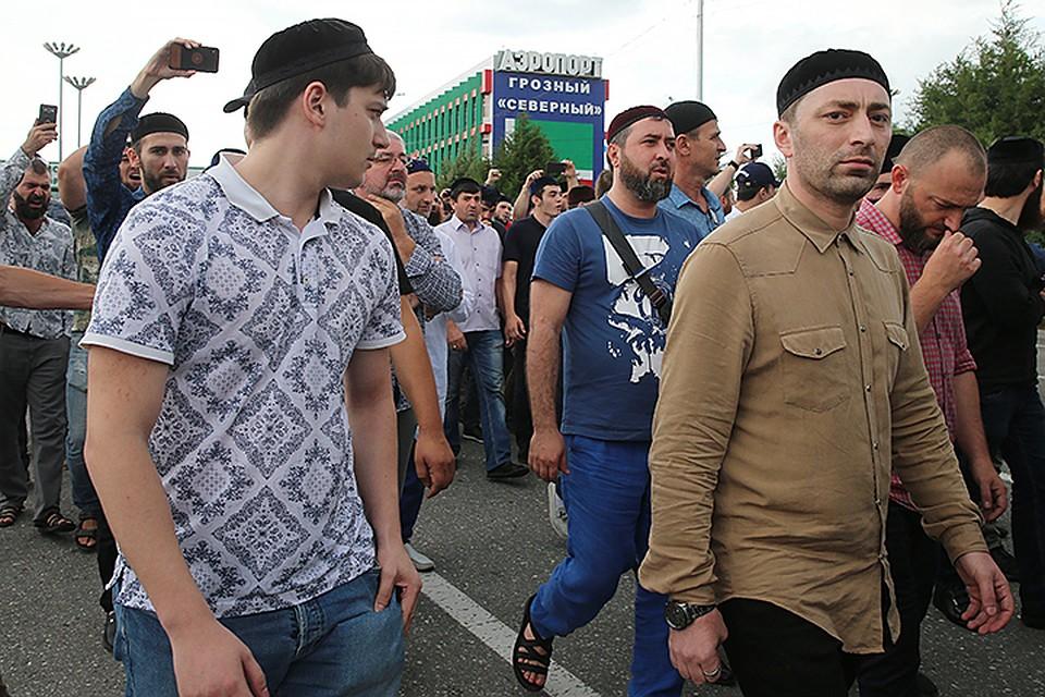 Жители республики три дня шли к дому Юсупа Темирханова, чтобы выразить соболезнование его семье. Фото: Елена Афонина/ТАСС