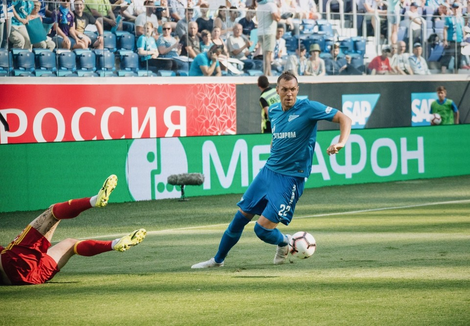 """С мячом - лидер """"Зенита"""" Артем Дзюба"""