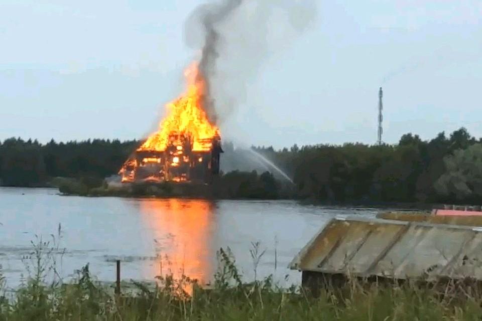Местные говорят, что в последние годы сгоревшая церковь плохо охранялась, а за зданием плохо ухаживали.