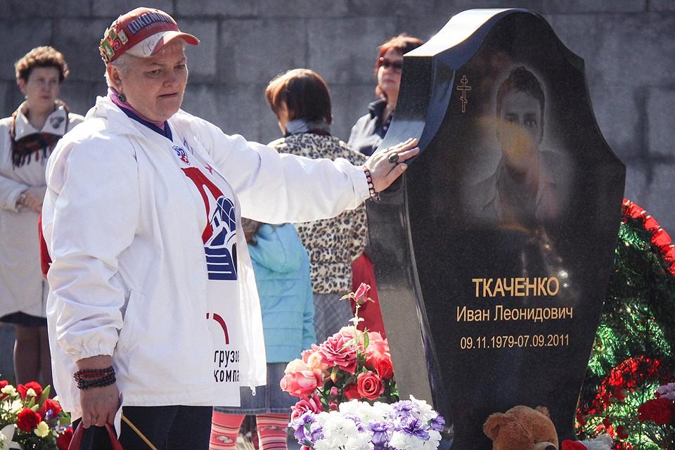 """У могилы хоккеиста """"Локомотива"""" Ивана Ткаченко."""