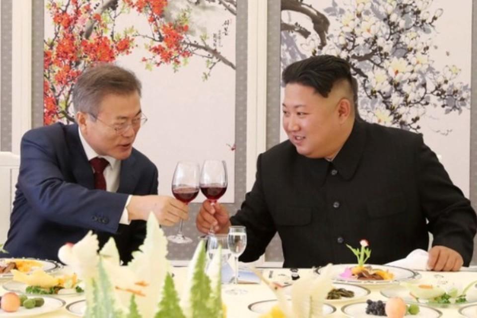 Лидер КНДР Ким Чен Ын (справа) принимает президента Республики Корея Мун Чжэ Ина в Пхеньяне