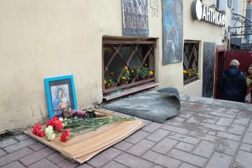 Погибшим в кафе в Петербурге установили стихийный мемориал