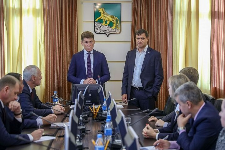 Новый глава Приморья приехал поговорить о ремонте дорог, уборке будущего снега и заявлении мэра. Фото: vlc.ru