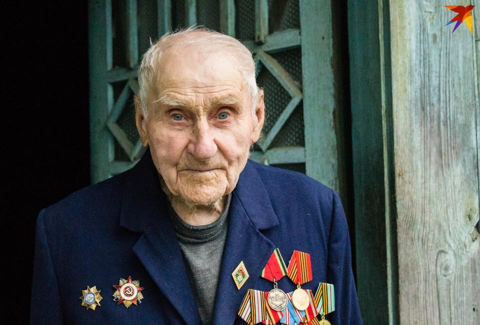 98-летний Александр Михлюк помнит, как жили при Польше, немецкой оккупации и советской власти.