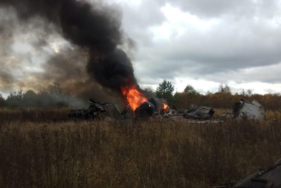 Обломки самолета загорелись.