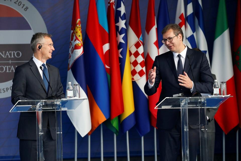 Президент Сербии Александр Вучич (справа) и генеральный секретарь НАТО Йенс Столтенберг