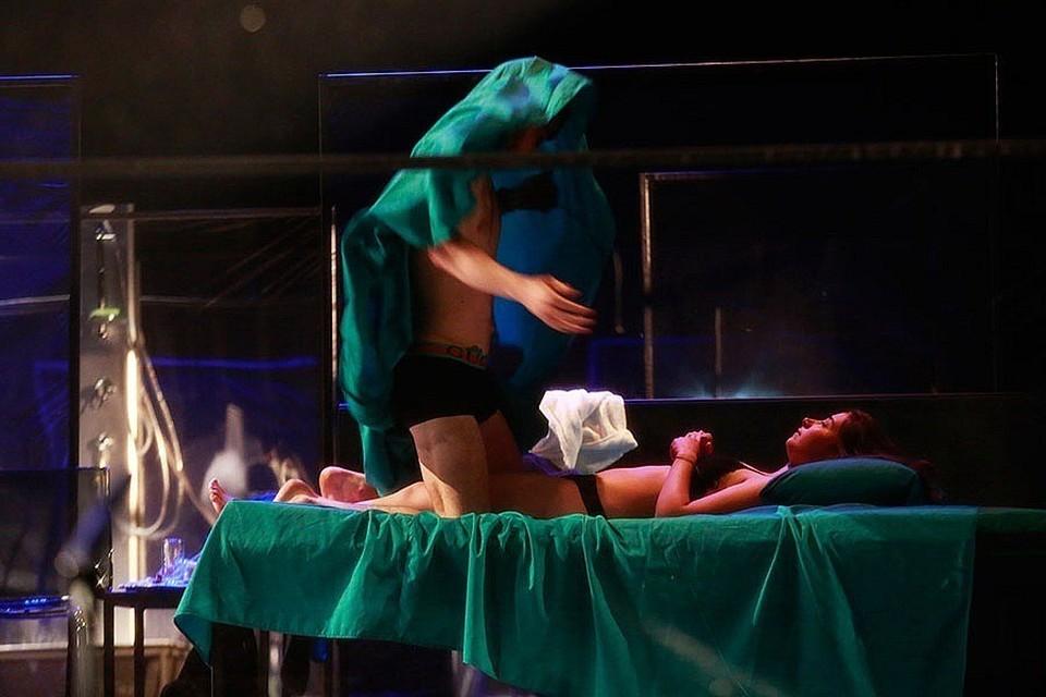 """Голая задница актера и слишком шумная постельная сцена возмутили зрителей постановки """"Ревизор"""" на псковской сцене. Фото: Андрей Кокшаров."""