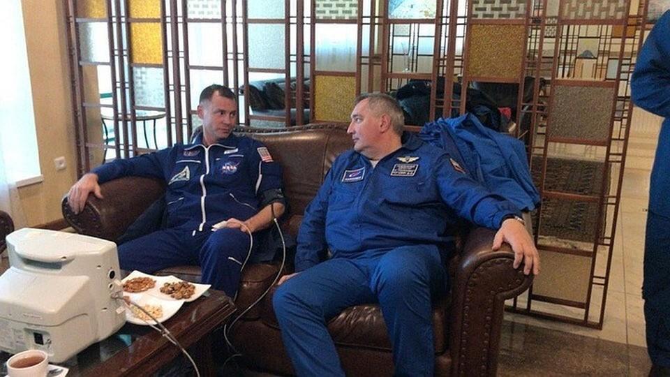 """Астронавт Ник Хейг и директор """"Роскосмоса"""" Дмитрий Рогозин. Фото: Twitter"""