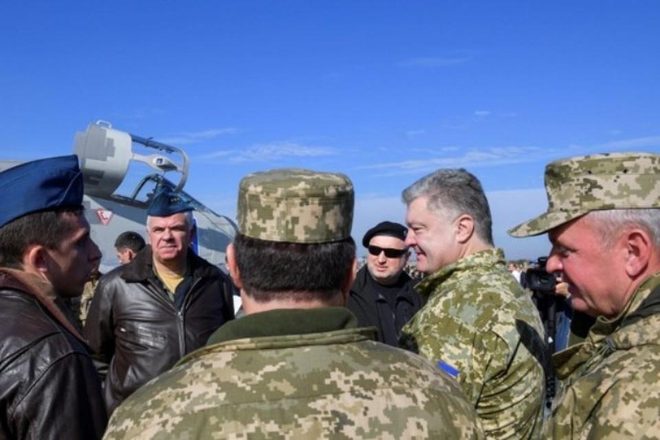 Президент Украины Петр Порошенко общается с иностранными военнослужащими во время учений «Чистое небо — 2018»