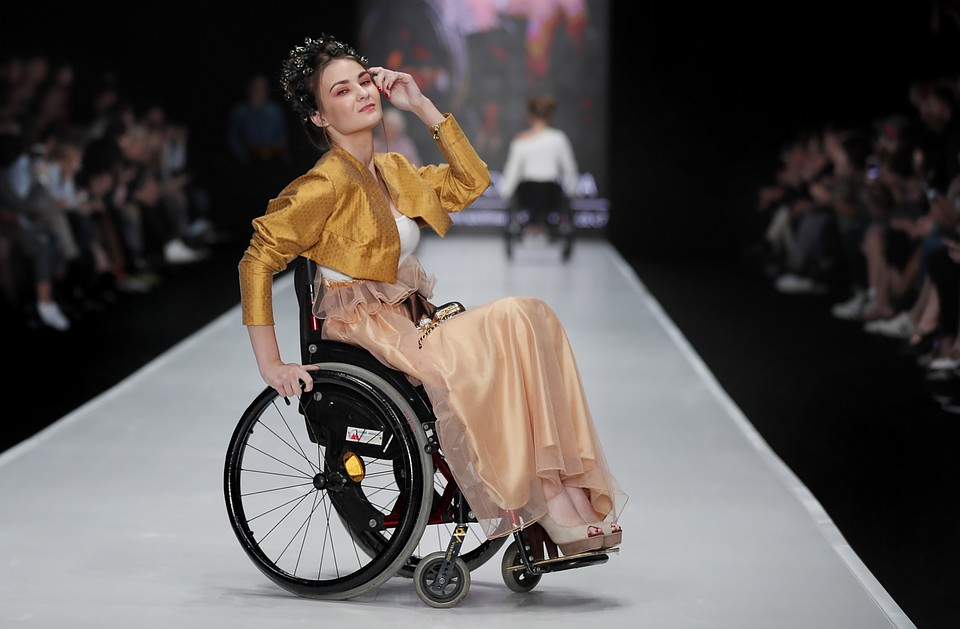 5d0f907d7ed Одежду из коллекции I-INCLUSIVE by Ksenia Bezuglova специально шили для  людей с ограниченными возможностями