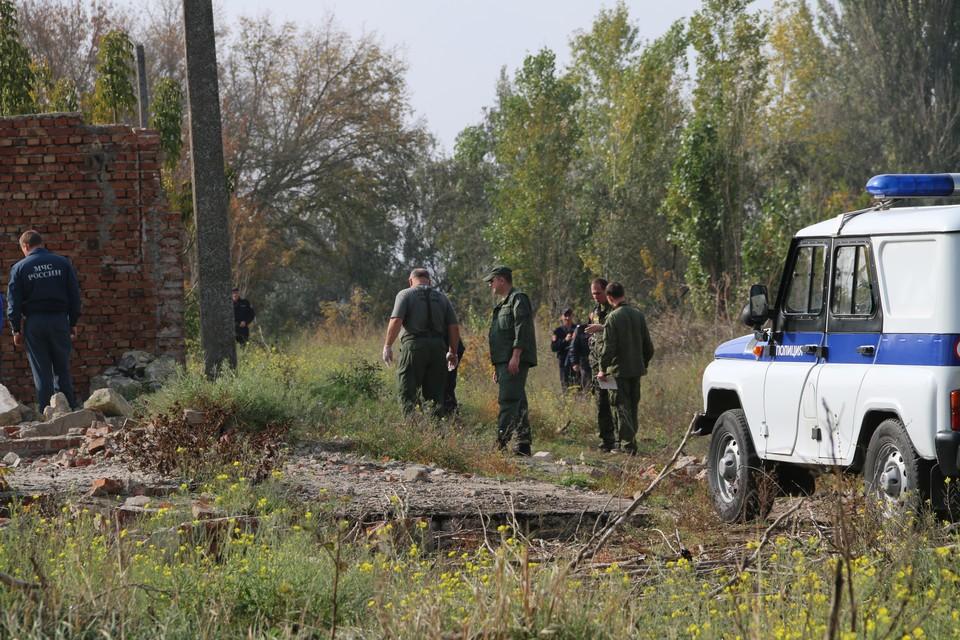 Криминалисты исследуют окрестности дома Росляковых