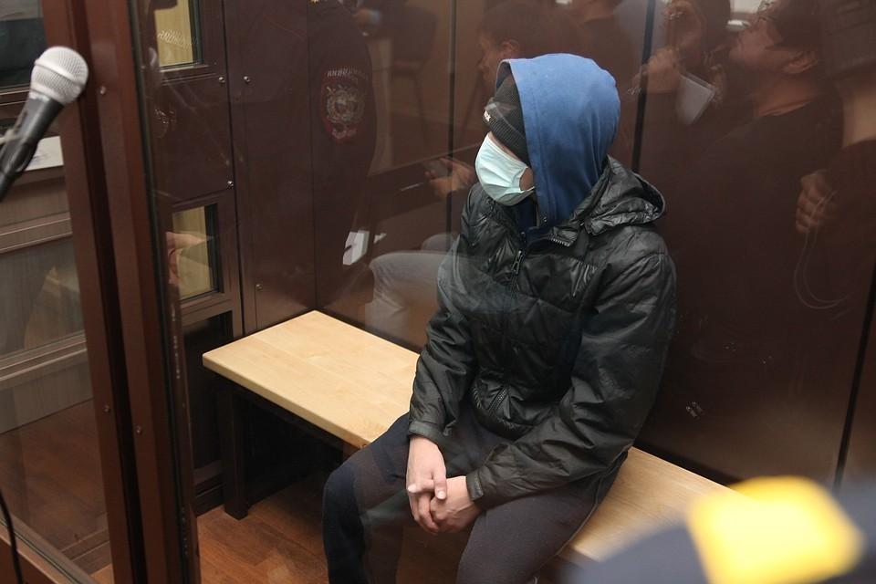 Леонид пришел на суд, спрятав лицо под медицинской маской.