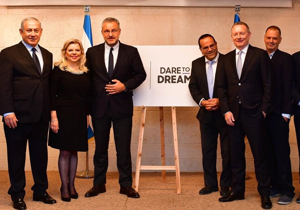 Премьер-министр Израиля Биньямин Нетаниягу с супругой Сарой (слева) и представители оргкомитета «Евровидения». Фото: К. Гидеон