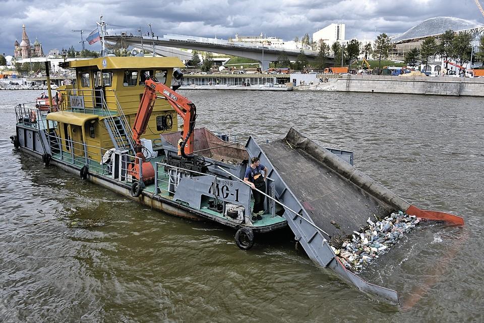 Москва. Очистка реки от мусора в районе Москворецкой набережной.