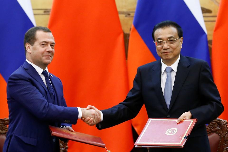 Премьер-министр РФ Дмитрий Медведев и председатель КНР Си Цзиньпинь.