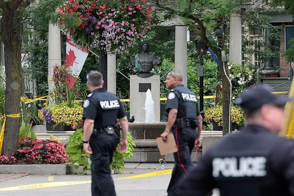 09:30Стрельба в пригороде Монреаля: Пострадали мужчина и шестилетний ребенок