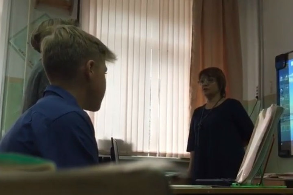 «Ты приемная что ли»: На Сахалине учительница довела девочку до истерики из-за дырки на кофте