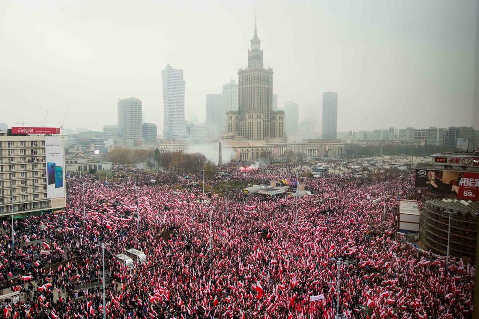 Бело-красный марш в Варшаве в честь Дня независимости Польши