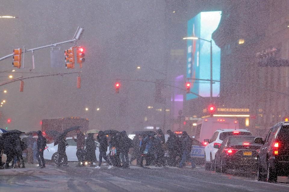Первый снегопад в Нью-Йорке парализовал работу наземного транспорта