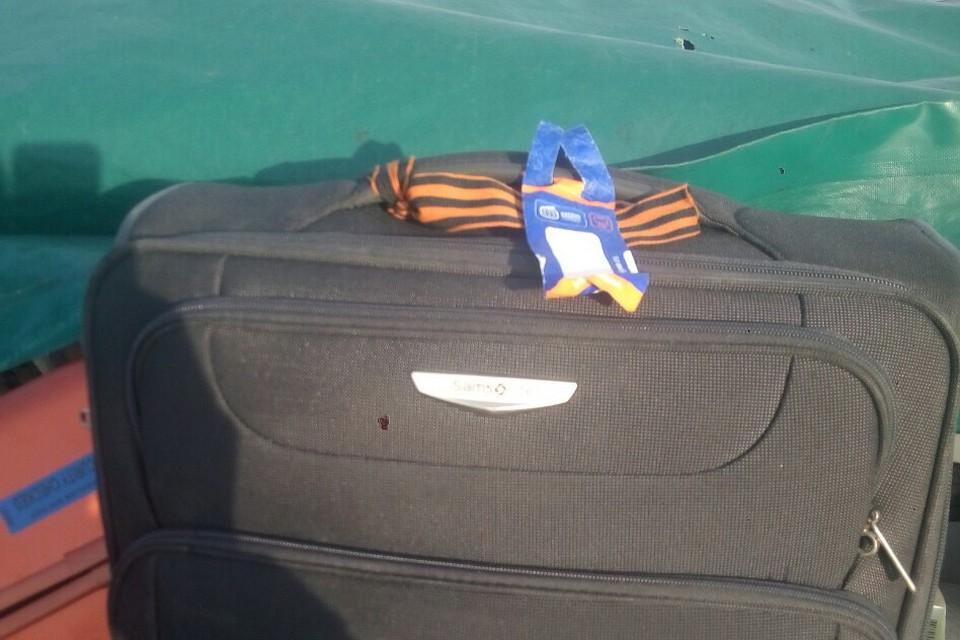 Пограничникам не понравилась георгиевская ленточка на чемодане россиянина. Фото: dpsu.gov.ua
