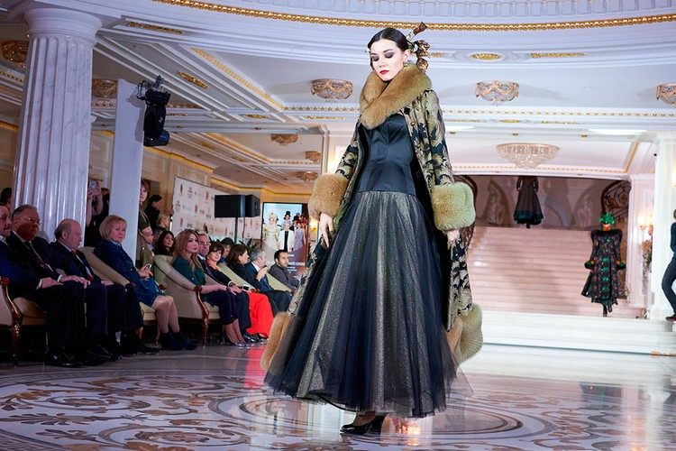 Интересный крой платья - пышная пачка, совмещённая с верхом, словно из костюмной группы.