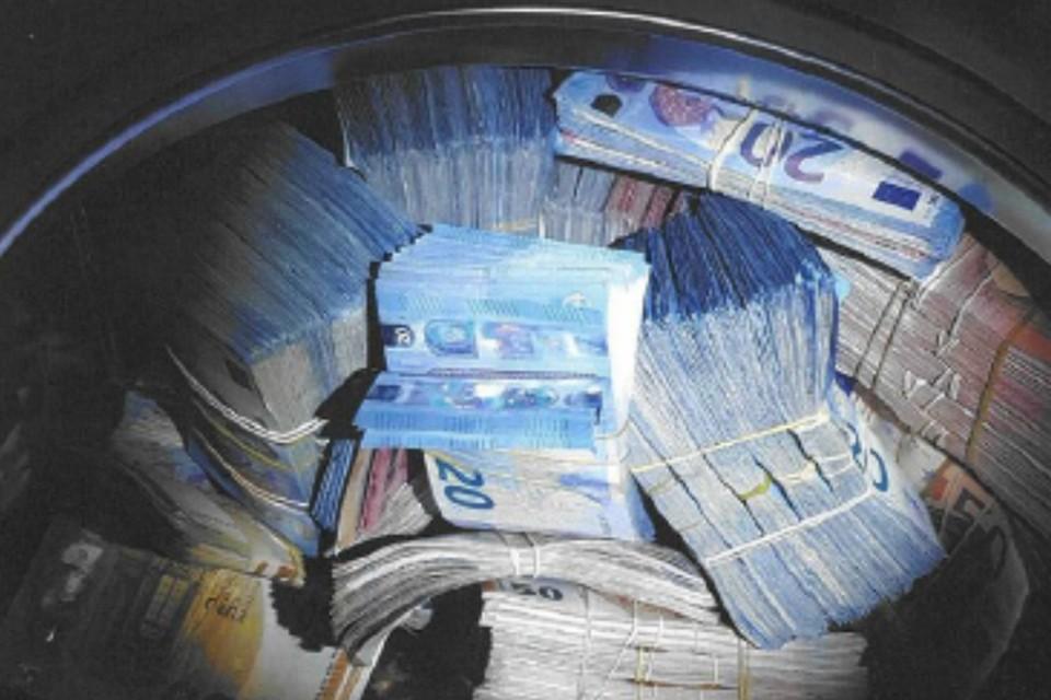Житель Амстердама спрятал «отмытые» 350 тысяч евро в стиральной машине. Фото: www.politie.nl