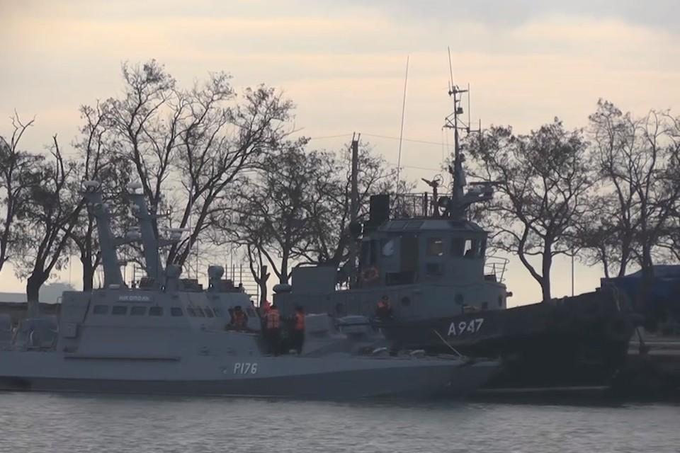 В сети появилось видео с задержанными кораблями ВМС Украины в порту Керчи