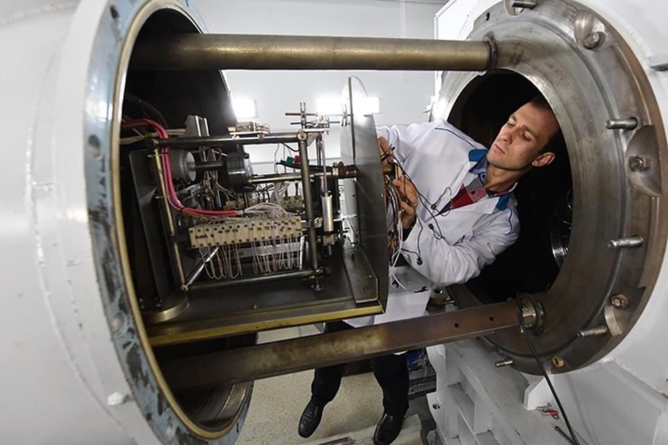 Ракета с плазменными двигателями за счет того, что ядерная энергодвигательная установка работает непрерывно, может непрерывно набирать скорость