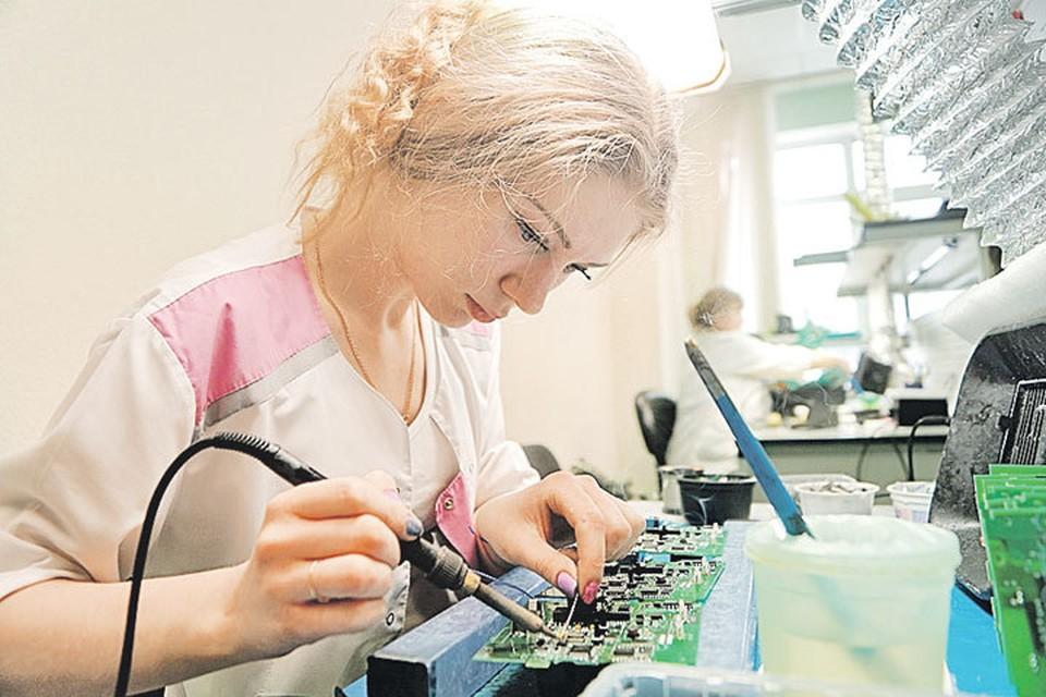 Сегодня рабочее место монтажника - это высокотехнологичное пространство, стоимость которого может достигать нескольких миллионов рублей. Фото: Алексей БУЛАТОВ.