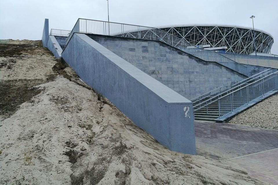 Со склона у стадиона вновь смыло песок и грунт.