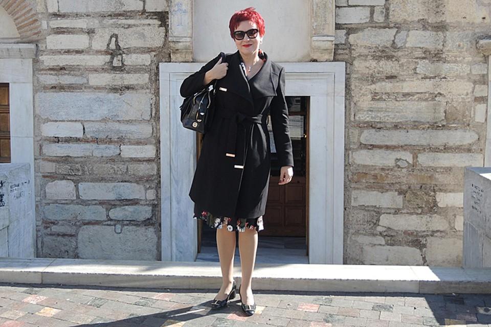 Дарья Асламова на площади Монастираки у входа в греческую церковь