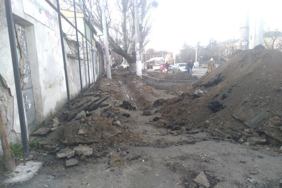 На улице Севастопольской сняли весь тротуар, а как ходить - людям не объяснили