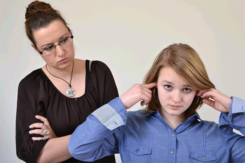 В подростковом возрасте дети часто начинают воспринимать своих слишком требовательных родителей как врагов.