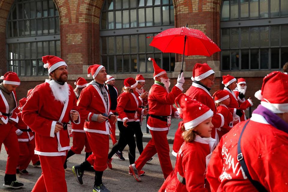 Забег Санта-Клаусов в Будапеште. Это очень забавно. Фото: Reuters/tsn.ua
