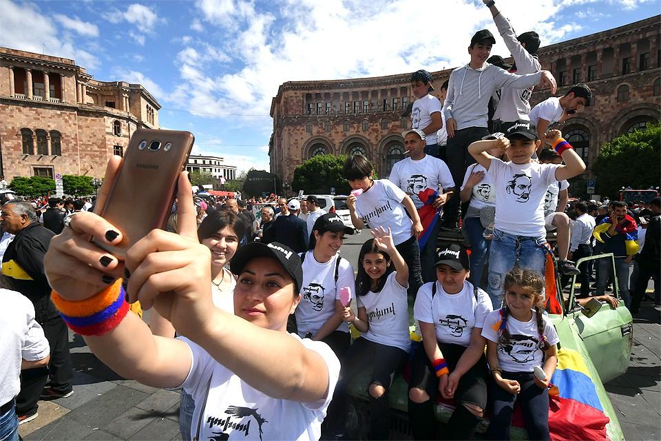 Май 2018 года. Сторонники избранного премьер-министра Армении Никола Пашиняна празднуют победу на площади Республики в Ереване.