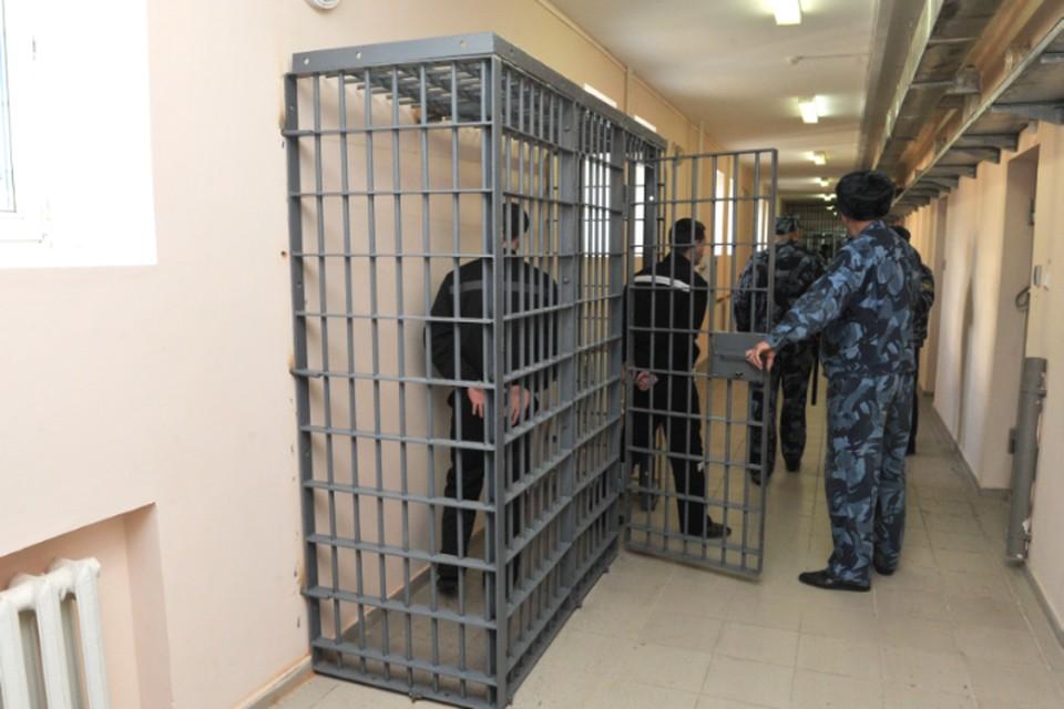 Осужденный на пожизненное главарь ОПГ пытался задушить сотрудника колонии в Хабаровском крае