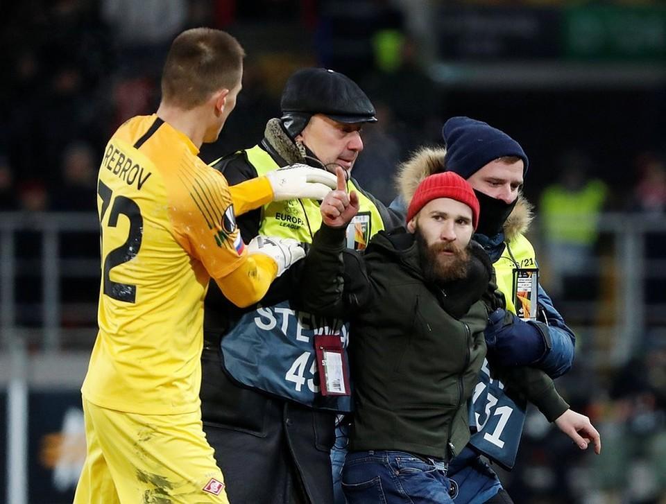 """Сам Голунов позже заявил, что не хотел бить футболиста, а просто хотел попросить """"снять его футболку и уйти из клуба""""."""