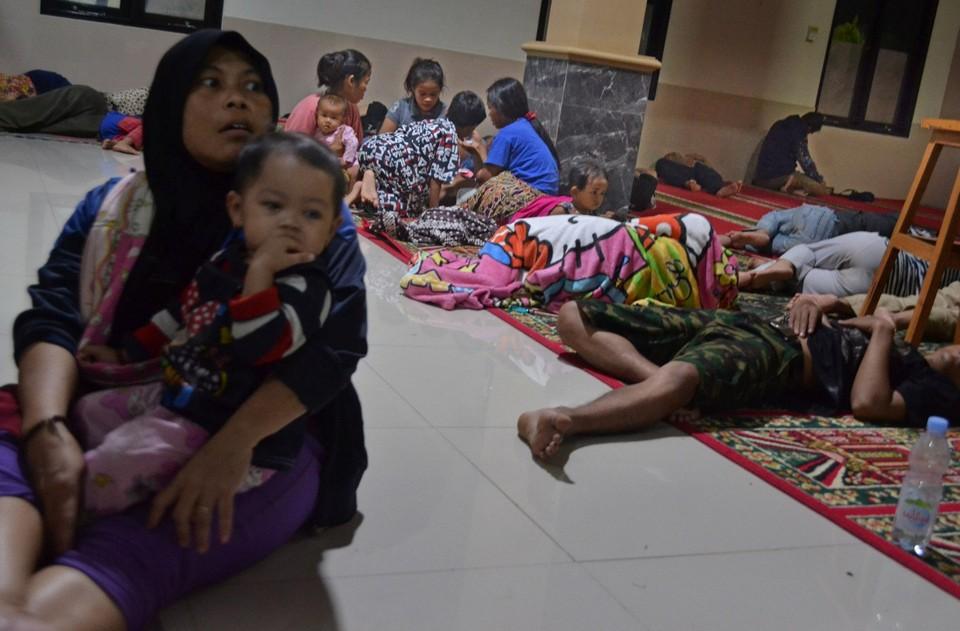 Индонезийцы прячутся от цунами в мечети