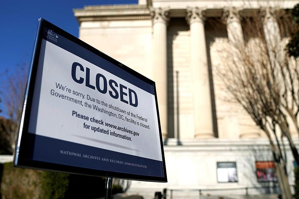 Закрытое здание Национального архива.