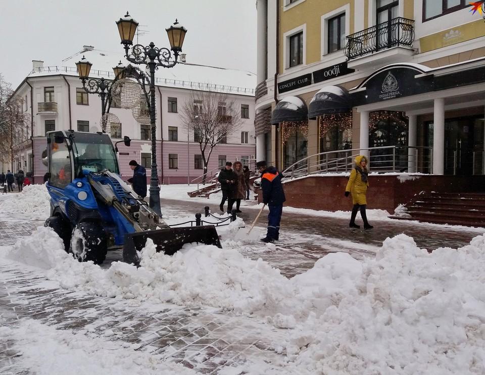 Снегопад в Бресте продолжается, но с ним удается справиться.