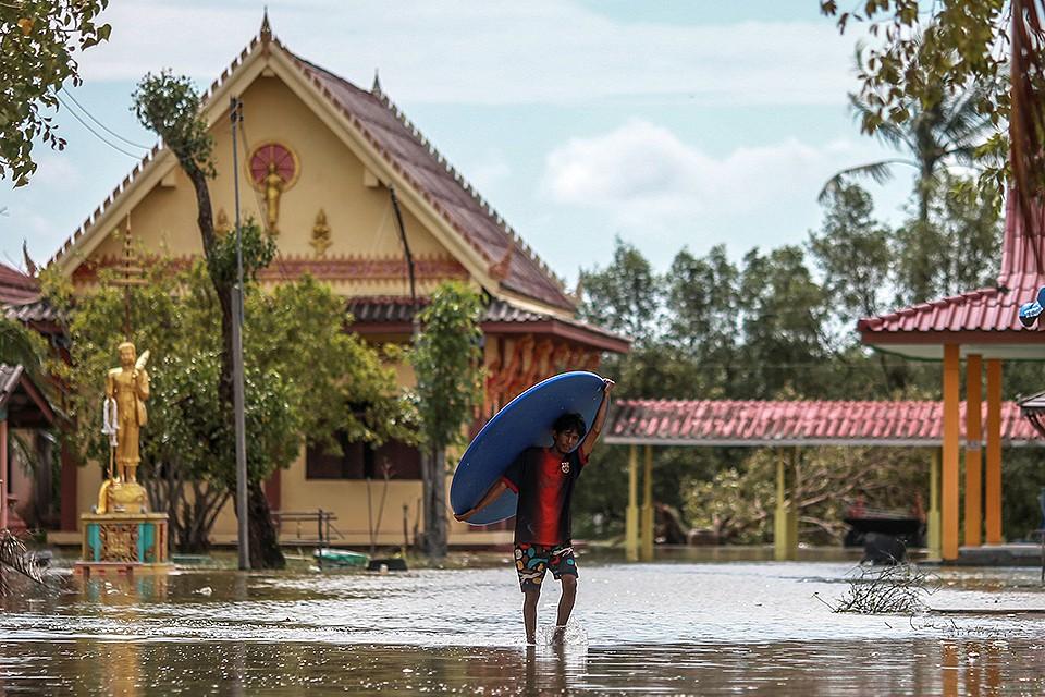 """На Таиланд обрушился морской ураган """"Пабук""""."""