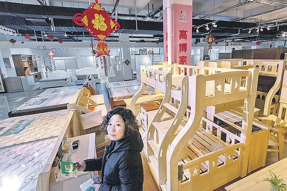 Маленькая фабрика и маленький мебельный магазин в Китае (каких тут многие тысячи!), где из русской сосны стругают и продают окна, стулья и детские кроватки. Неужели мы сами этого делать не можем?!