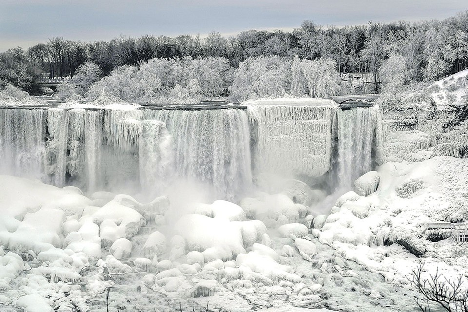 Глобальное потепление дает и обратный эффект - резкое похолодание в отдельных уголках планеты. В Америке, например, из-за сильных морозов частично замерз Ниагарский водопад. Эксперты видят в этом еще один признак изменения мирового климата